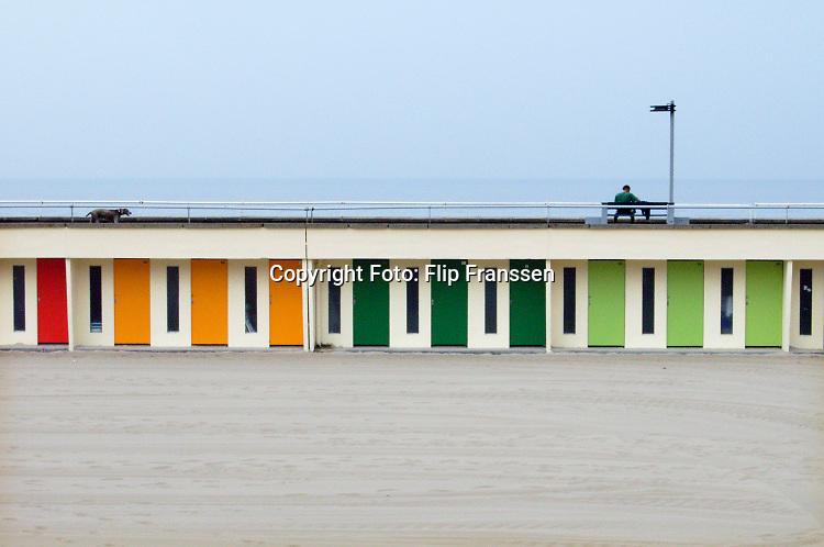 Frankrijk, Le Touqet Paris Plage, 5-9-2019Man en hond aan de boulevard bij het strand in deze Franse badplaats. Gekleurde badhokjes.Foto: Flip Franssen