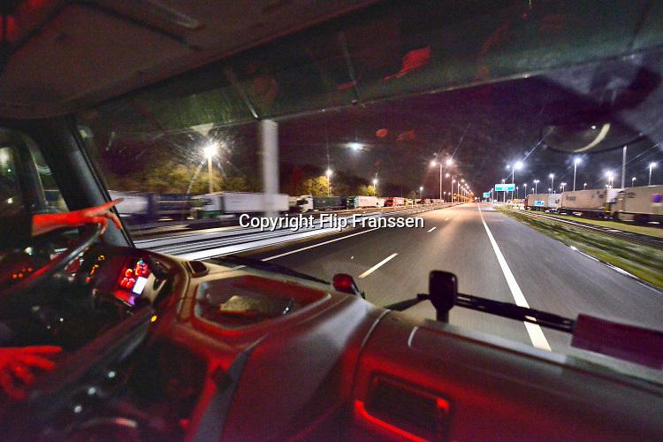 Duitsland, Straelen, 27-1-2019 Een vrachtwagen met bloemen passeert de grens bij Venlo in de nacht. De parkeerplaats staat vol met vrachtwagens die er de nacht doorbrengen .FOTO: FLIP FRANSSEN