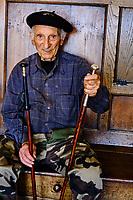 France, Pyrénées-Atlantiques (64), Pays Basque, Larressore, Atelier Makhila, fabrication du fameux baton de marche basque // France, Pyrénées-Atlantiques (64), Basque Country, Larressore, Atelier Makhila, manufacture of the famous Basque walking stick