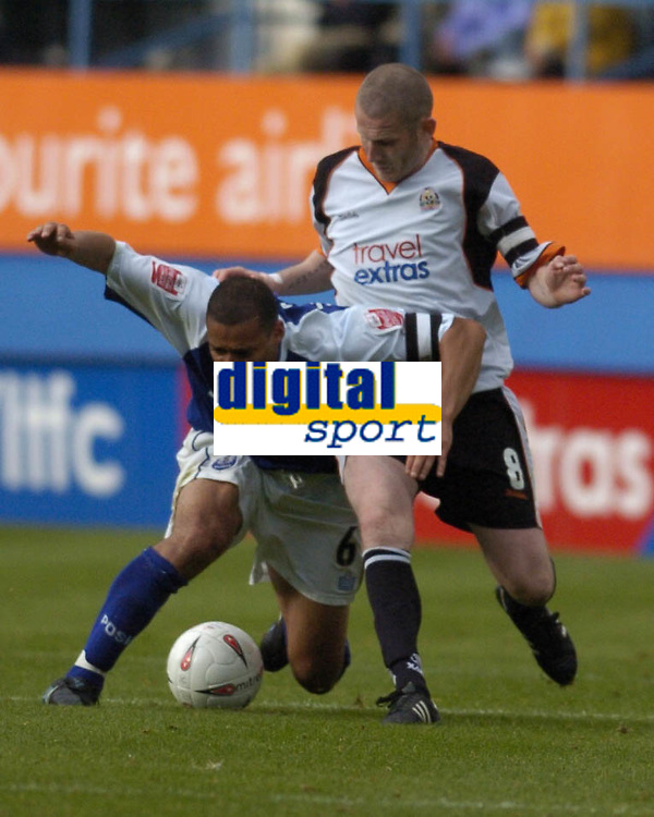 Fotball<br /> England 2004/2005<br /> Foto: SBI/Digitalsport<br /> NORWAY ONLY<br /> <br /> Luton Town v Peterborough United, Coca-Cola League One 25/09/2004. Curtis Woodhouse is challenged by Kevin Nicholls R.