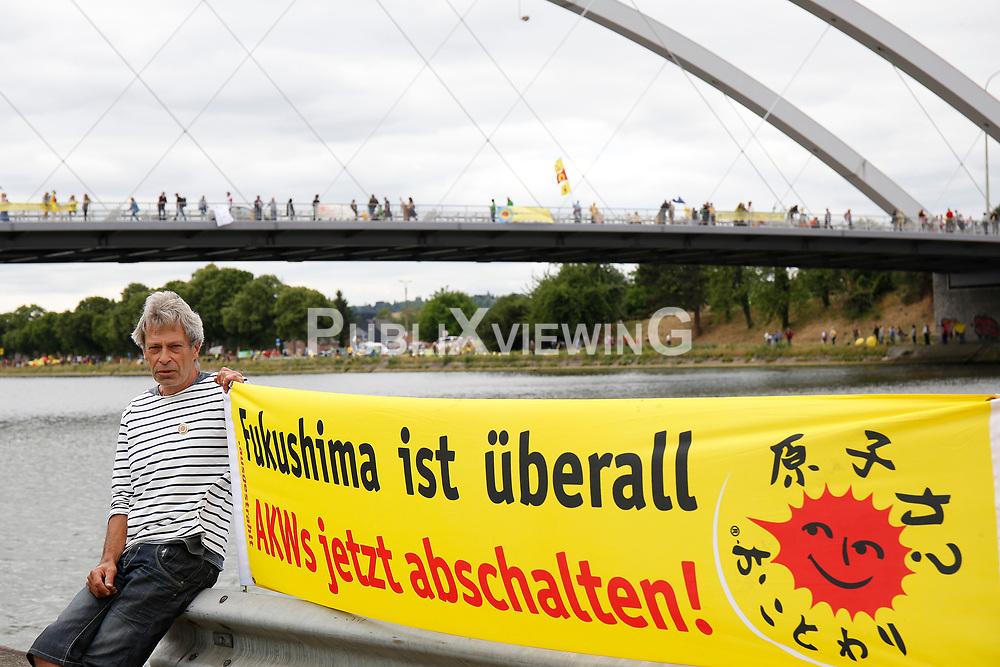 Rund 50.000 Atomkraftgegner aus Belgien, Deutschland und den Niederlanden protestieren mit einer 90 Kilometer langen Menschenkette gegen das AKW Tihange in Belgien. <br /> <br /> Ort: Visé<br /> Copyright: Michaela Mügge<br /> Quelle: PubliXviewinG