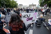"""25 SEP 2020, BERLIN/GERMANY:<br /> Junge Frau mit Schild """"How Dare You"""" vor dem Brandenburger Tor, Fridays for Future Demonstration fuer Massnahmen gegen den Klimawandel, Brandenburger Tor, Strasse des 17. Juni<br /> IMAGE: 20200925-01-019<br /> KEYWORDS: Protest, Demonstrant, Demonstranten, Demonstratin, Schueler, Schüler, Klimakatastrophe, FFF, Mundschutz, Mund-Nase-Schutz, Abstand"""