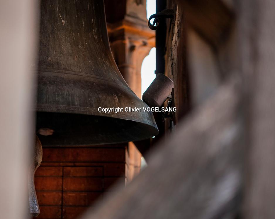 Lausanne, 14 juin 2021. Le guet Renato Häusler sur la cathédrale de Lausanne. Il annonce l'heure à partir de 22h chaque heure jusqu'à 02h du matin. aux quatres coins cardinaux de la tour. La cloche. © Olivier Vogelsang