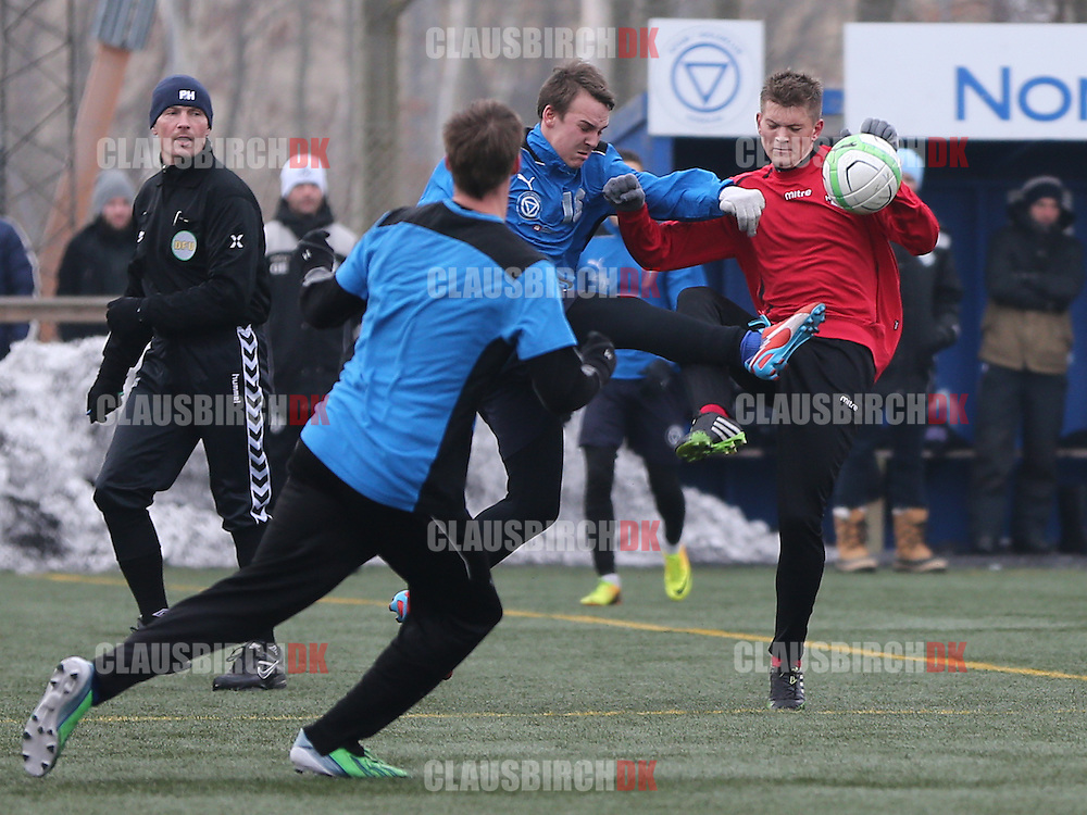Mads Pheiffer (Roskilde KFUM) og Jannik Zimling (FC Helsingør) kæmper om bolden.