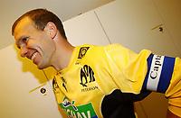Kjell Olofsson, Moss, ganske fornøyd etter kampen. Moss - Sogndal 3-3. Tippeligaen 2002. Melløs, Moss. 14. april 2002. (Foto: Peter Tubaas/Digitalsport)