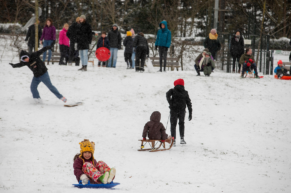 Nederland geniet van de eerste sneeuw sinds lange tijd.<br /> <br /> People in the Netherlands enjoy the first snow since years.