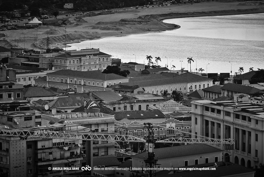 Vista para a baixa de Luanda. Em segundo plano destacam-se as obras de reabilitação da baía de Luanda e da Marginal, Avenida 4 de Fevereiro. Angola
