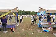 Nederland, Nijmegen, 25-8-2020 Informatiemarkt voor eerstejaars aan de Radboud universiteit is vanwege corona verplaatst naar het Goffertpark . Hier is voldoende ruimte voor de jongeren om zich coronaproof aan de anderhalvemetermaatregel te houden . Er lopen beveiligers rond die ervoor waken dat er niet teveel op een kluitje bij elkaar gestaan wordt en er voldoende doorstroming is . Inschrijving, aanmelding eerstejaars studenten voor het nieuwe studiejaar en de introductie aan de Radboud Universiteit, RU. In de komende week kunnen de studenten kennismaken met hun studiegenoten, sportverenigingen, studentenverenigingen en de stad. Na de inschrijving verzamelen de vele mentorgroepen zich om de rest van de week samen op te trekken . Veel introductieactiviteiten zijn uitsluitend online . Foto: ANP/ Hollandse Hoogte/ Flip Franssen
