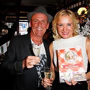 NLD/Hoorn/20111201- Boekpresentatie Sonja Bakker ' Winterslank ', Sonja Bakker overhandigd haar nieuwe boek aan partner Jan Reus