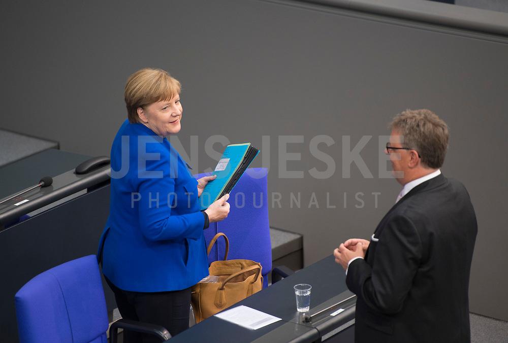 DEU, Deutschland, Germany, Berlin, 13.05.2020: Bundeskanzlerin Dr. Angela Merkel (CDU) bei einer Plenarsitzung im Deutschen Bundestag. In der heutigen Fragestunde und Regierungsbefragung beantwort die Kanzlerin Fragen der Abgeordneten. Rechts: Michael Grosse-Brömer, Erster Parlamentarischer Geschäftsführer CDU/CSU.