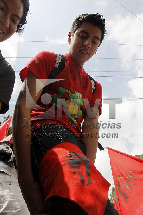 TOLUCA, México.- Alumnos de la Facultad de Humanidades  de la UAEM e integrantes de la Unión de la Juventud Revolucionaria de México (UJRM) realizaron una marcha como parte de la conmemoración del 2 de octubre, consignas y peticiones de una educación gratuita gritarón  alrededor de 200 jóvenes que caminaron por la ciudad. Agencia MVT / Crisanta Espinosa. (DIGITAL)