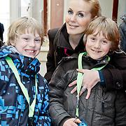 NLD/Harderwijk/20100320 - Opening nieuwe Dolfinarium seizoen met nieuwe show, Mandy Huydts met moeder en zoon thomas en .....