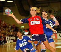 Håndball, kvinner, landskamp, Møbelringen Cup, Trondheim 27.11.2004, Norge - Frankrike  35 - 20 <br />Randi Gustad lobber<br />Foto: Carl-Erik Eriksson, Digitalsport