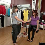 La responsabile dello showroom accoglie la cliente