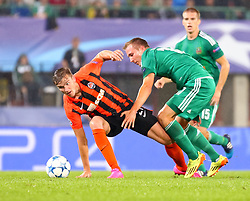 19.08.2015, Ernst Happel Stadion, Wien, AUT, UEFA CL, SK Rapid Wien vs Schachtjor Donezk, Playoff, Hinspiel, im Bild Olexandr Gladkiy (FC Shakhtar Donetsk), Christopher Dibon (SK Rapid Wien)// during UEFA Champions League Playoff 1st Leg match between SK Rapid Vienna and FC Shakhtar Donetsk at the Ernst Happel Stadium in Vienna on 2015/08/19. EXPA Pictures © 2015, PhotoCredit: EXPA/ Sebstian Pucher