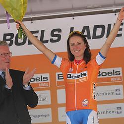 29-08-2017: Wielrennen: Boels Ladies Tour: Wageningen <br />Gedupteerde provincie Gelderland Jan Markink gaf de leiderstrui aan Annemiek van Vleuten