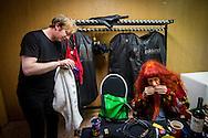Foto: Gerrit de Heus. Emmen. 13-06-2015. Armand en The Kik op Retropop. Zanger Dave von Raven (L) poetst zijn bril droog nadat hij, samen met de andere bandleden, in de stromende regen de instrumenten naar het podium heeft gebracht. Armand wachtte binnen.