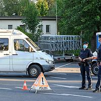 18.05.2020, Grenzübergang, Lochau, AUT, Coronavirus, Grenzkontrollen in Vorarlberg, am 17.05.2020 hat Vorarlberg wieder alle Grenzübergänge von Deutschland nach Österreich geöffnet. Alle technische Sperren wurden abgebaut. Teams bestehend aus Mitarbeitern des österreichischen Bundesheeres und der Polizei kontrollieren vor Ort.<br /> im Bild 2 Polizisten am Grenzübergang Lindau-Zech / Lochau<br /> <br /> Foto © nordphoto / Hafner