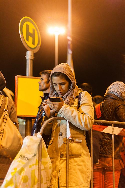 Koeln, DEU, 25.10.2015<br /> <br /> Ankunft eines Sonderzugs aus Passau der Deutschen Bahn mit rund 600 Fluechtlingen am Bahnhof des Koeln/Bonner Flughafens. Von hier aus werden die Menschen, die groesstenteils über die Balkan-Route nach Oesterreich gelangten, auf Erstunterbringungsstellen in Nordrhein-Westfalen verteilt.<br /> <br /> <br /> Foto: Bernd Lauter/berndlauter.com