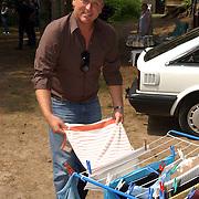 """Uitreiking DVD Sjaak Bral """"Hurken in de Berm"""", Gordon Heuckeroth hangt de was op"""