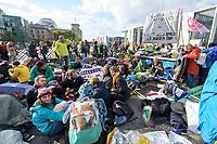 10 OCT 2019, BERLIN/GERMANY:<br /> Extinction Rebellion (XR), eine globale Umweltbewegung protestiert mit der Blockade von Verkehrsknotenpunkten fuer eine Kehrtwende in der Klimapolitik, im Hintergrund die Kuppel des Reichstagsgebaeudes, Marschallbruecke<br /> IMAGE: 20191010-01-001<br /> KEYWORDS: Demonstration, Demo, Demonstranten, Klima, Klimawandel, climate change, protest, Marschallbrücke