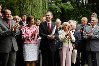 """07 JUL 2005, BERLIN/GERMANY:<br /> Horst Koehler (Mi-L), Bundespraesident, und seine Ehefrau Eva Luise Koehler (Mi-R), waehrend einem Empfang der Vertreter der Siegerdoerfer des 21. Bundeswettbewerbs """"Unser Dorf soll schoener werden"""", Gaestehaus der Bundesregierung, Pacelliallee<br /> IMAGE: 20050707-01-008<br /> KEYWORDS: Horst Köhler, Eva Luise Köhler, Bundespräsident, Applaus, applaudieren"""