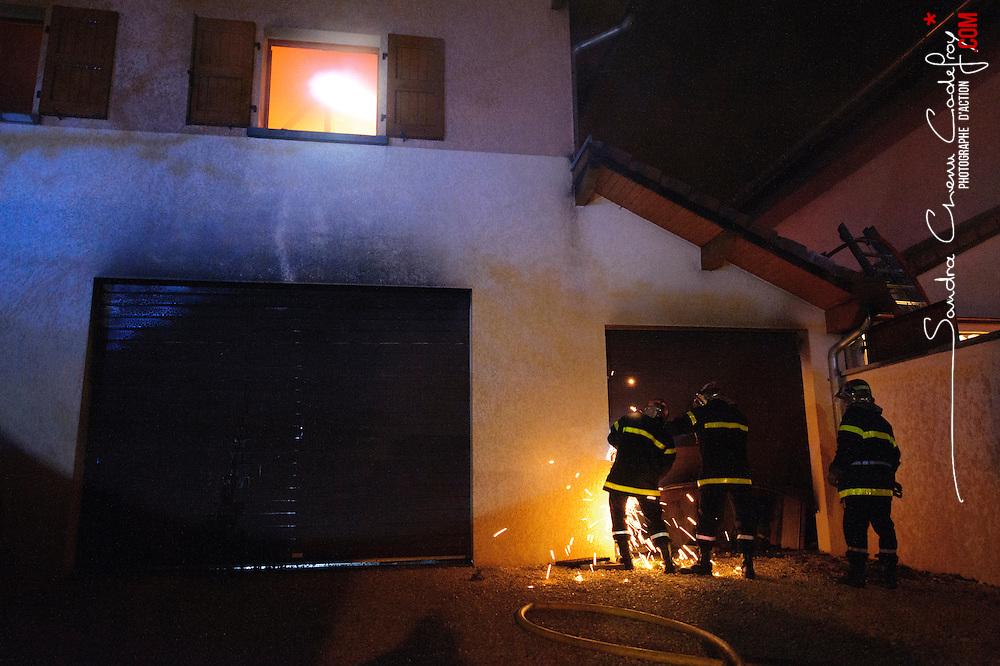 Reportage sur le quotidien des sapeurs-pompiers du CIS Sud-Agglo (SDIS 38 Isère). Manœuvres de désincarcération, secours à victimes, entraînement cynophile, incendie dans un parking, feu de pavillon de nuit.<br /> Mars 2010 / Échirolles (38) / FRANCE<br /> Voir le reportage complet (80 photos) http://sandrachenugodefroy.photoshelter.com/gallery/2010-04-Activite-des-pompiers-du-CIS-Sud-agglo-SDIS-38-Complet/G0000fmJmucd8d9E/C0000yuz5WpdBLSQ