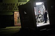 Un medico della croce rossa messicana visita ogni settimana i migranti.