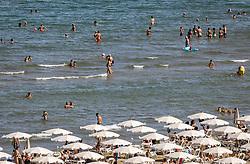 THEMENBILD - Touristen geniessen den Strand und das Mittelmeer an einem heissen Sommertag, aufgenommen am 15. August 2018 in Larnaka, Zypern // Tourists enjoy the beach and the Mediterranean Sea on a hot summer Day, Larnaca, Cyprus on 2018/08/15. EXPA Pictures © 2018, PhotoCredit: EXPA/ JFK