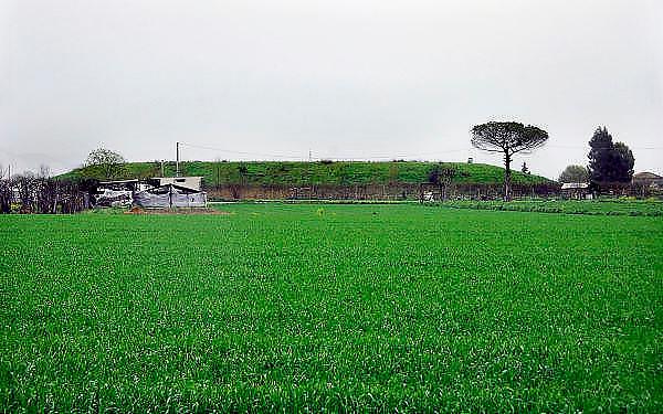 Italie, Carditello, 6-3-2008..Een van de talloze vuilstortplaatsen in de regio ten noorden van Napels. Deze is toegedekt met aarde en gras. De stad weet met zijn afval geen raad meer en in het hele gebied liggen illegale hopen afval. Een nieuwe vuilverbrandingsoven is pas in 2009 bedrijfsklaar. Tot die tijd heeft de maffia, camorra grote invloed op de afvalverwerking van deze stad...Industrieel afval en huishoudelijk afval veroorzaken grote water en bodemvervuiling, terwijl de streek een belangrijk tuinbouwgebied is. Ook komt hier de Mozzarello vandaan, kaas gemaakt van melk van waterbuffels, die echter verdacht is wegens teveel aan dioxine. ..Foto: Flip Franssen
