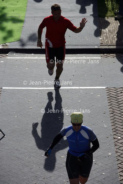 Nederland.Almere Haven.27 augustus 2005.<br /> Het onderdeel marathon lopen tijdens de Holland Triathlon.Sport.Hardlopen.Atletiek.Groeten.Rennen.Doorzettingsvermogen.conditie.<br /> Participants in the Holland Triathlon 2005.
