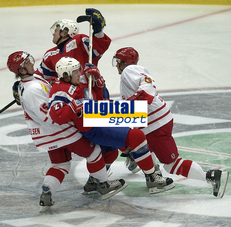 Ishockey, 10. februar 2005, Norge - Danmark, Morten Ask (NOR) og Snorre Hallem (NOR) mot Frans Nielsen (DEN) og Daniel Nielsen  . Foto Andy Mueller/Digitalsport
