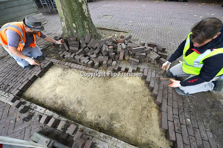 Nederland, Groesbeek, 9-10-2017Straatenmakers aan het werk in het centrum van deze plaats.Foto: Flip Franssen