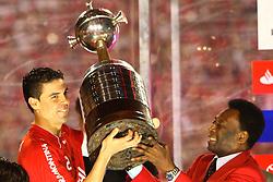O capitão do Internacional recebe a taça de Campeão da Copa Libertadores da América das mãos do rei Pelé após vencer a partida contra o Chivas de Guadalarrara, realizada no Estadio Beira Rio em Porto Alegre. FOTO: Jefferson Bernardes/Preview.com