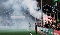 BLOEMENDAAL - HOCKEY - Vuurwerk van de Bloemigans  tijdens de hoofdklasse competitiewedstrijd tussen de mannen van Bloemendaal en Oranje-Zwart (2-2). Op de achtergrond het clubhuis van Bloemendaal .FOTO KOEN SUYK