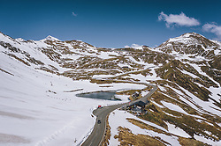 THEMENBILD - die Fuscher Lacke und das Bergasthaus Mankeiwirt an der Strasse mit der schneebedeckten Berglandschaft. Die Hochalpenstrasse verbindet die beiden Bundeslaender Salzburg und Kaernten und ist als Erlebnisstrasse vorrangig von touristischer Bedeutung, aufgenommen am 27. Mai 2020 in Fusch a.d. Glstr., Österreich // the Fuscher Lacke and the mountain restaurant Mankeiwirt on the road with the mountain landscape covered with Snow. The High Alpine Road connects the two provinces of Salzburg and Carinthia and is as an adventure road priority of tourist interest, Fusch a.d. Glstr., Austria on 2020/05/27. EXPA Pictures © 2020, PhotoCredit: EXPA/ JFK