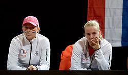 07-02-2015 NED: Fed Cup Nederland - Slowakije, Apeldoorn<br /> Richel Hogenkamp en Michaëlla Krajicek kijken bedroefd na de kansloze nederlaag van Kiki Bertens