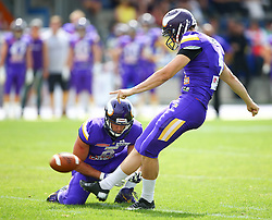 19.06.2016, FAC Stadion, Wien, AUT, AFL, AFC Vienna Vikings vs Projekt Spielberg Graz Giants, im Bild Fieldgoal durch Stefan Postel (Vienna Vikings) und Bernhard Seikovits (Vienna Vikings) // during the AFL game between AFC Vienna Vikings vs Projekt Spielberg Graz Giants at the FAC Stadion, Vienna, Austria on 2016/06/19. EXPA Pictures © 2016, PhotoCredit: EXPA/ Thomas Haumer