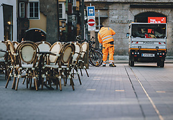 24.03.2020, Innsbruck, AUT, Coronaviruskrise, Österreich, im Bild ein Strassenkehrer auf der Maria Theresien Strasse während der Coronavirus Pandemie // a street cleaner on Maria Theresien Strasse during the Coronavirus pandemic, Innsbruck, Austria on 2020/03/24. EXPA Pictures © 2020, PhotoCredit: EXPA/ JFK