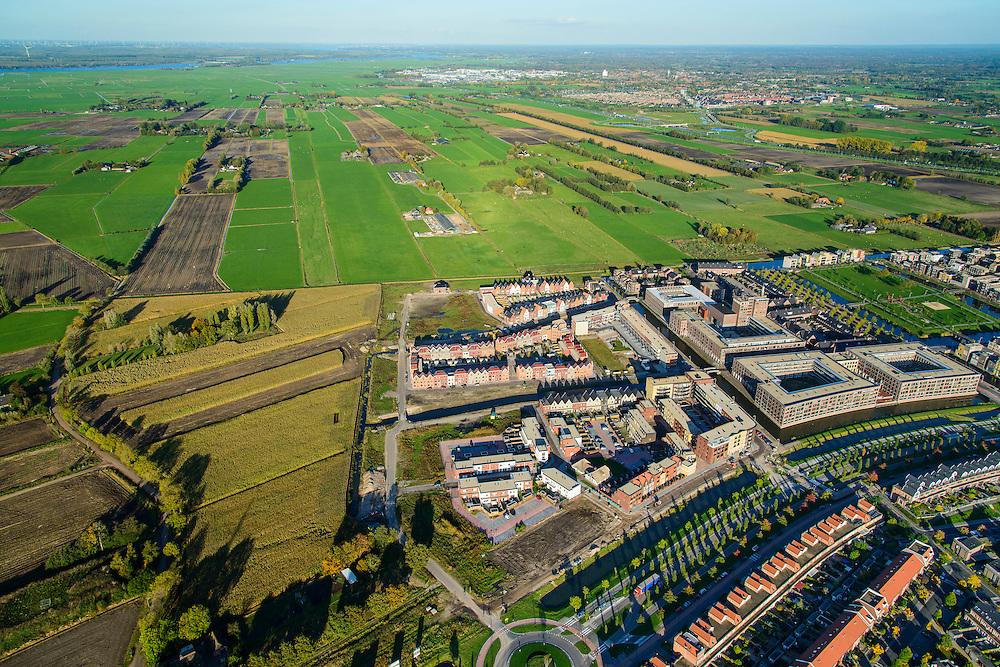 Nederland, Utrecht, Amersfoort, 24-10-2013; de wijk Vathorst, deelplan De Laak. Het stedenbouwkundig plan is gebaseerd op grachten en singels. Grachtenstad. De nieuwe wijk grenst aan de polders tussen Bunschoten-Spakenburg en Nijkerk (rechts aan de horizon).<br /> New housing district Vathorst in Amersfoort, the urban plan of this Canal City, is based on canals with canal house-style houses. Developed by the urban development agency West8, Adriaan Geuze.<br /> luchtfoto (toeslag op standaard tarieven);<br /> aerial photo (additional fee required);<br /> copyright foto/photo Siebe Swart.