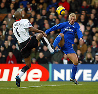 Fotball<br /> Premier Legaue England 2004<br /> 13.11.2004<br /> Foto: SBI/Digitalsport<br /> NORWAY ONLY<br /> <br /> Fulham v Chelsea<br /> <br /> Zat Knight of Fulham goes up for an aerial ball with Eidur Gudjohnsen of Chelsea