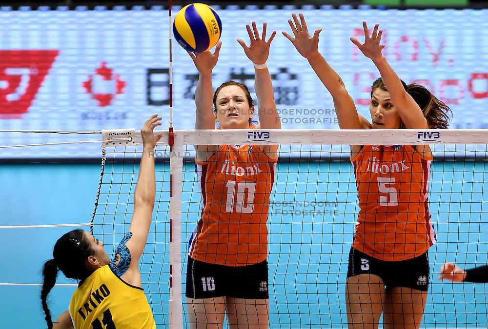 14-05-2016 JAP: OKT Kazachstan - Nederland, Tokio<br /> De Nederlandse volleybalsters hebben op het OKT in Tokio met een 3-1 (25-12, 21-25, 25-14, 25-8) zege op Kazachstan een eerste stap richting een olympisch ticket gezet. / Blok van Lonneke Sloetjes #10, Robin de Kruijf #5 op de aanval van Katerina Tatko #11 of Kazakhstan