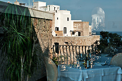 Polignano a Mare (BA) aprile 2013.L'Hotel Ristorante Covo dei Saraceni è ffacciato sullo spettacolare tratto di costa di Polignano a Mare alto sulle falesie dorate che strapiombano nel mare blu cobalto della Puglia adriatica, l'Hotel Covo dei Saraceni, è in una posizione fortunata, che gode di tranquillità e comodità..Il centro storico di Polignano a Mare, città natale di Domenico Modugno, di case bianchissime, negozietti e di testimonianze artistiche che vanno dal Medioevo al Barocco, a 150 metri; la spiaggetta incantevole di Cala Paura a 200 metriApprezzato da chi desidera quiete ed eleganza, accoglie tra comfort e servizi dei moderni hotel 4 stelle di livello internazionale ma con atmosfere tipiche della Puglia..Il bianco, il cotto, il ferro battuto, le ceramiche colorate, sono il leit motive dell'albergo che ha spazi e camere davanti il mare di Polignano, in quel tratto di costa della Puglia tra Bari e Ostuni..Al Covo dei Saraceni gli ospiti dell'hotel hanno a disposizione un susseguirsi di ambienti raffinati che culminano con la terrazza sul mare che ospita il ristorante mentre le sale riunioni e i servizi offerti, superiori per un hotel 4 stelle della Puglia, assicurano un soggiorno più che piacevole anche in occasione di incontri di lavoro.