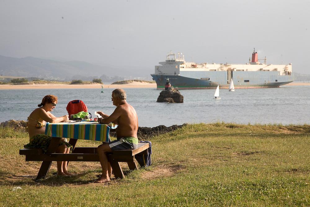 29 / JULIO / 2008  Santander<br /> Jugando a cartas y viendo los barcos pasar<br /> <br /> © JOAN COSTA