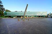 Nederland, Nijmegen, 6-10-2020 Gemeentelijk museum voor oudheid en moderne kunst het Valkhof. In de volksmond Het Zwembad genoemd. Permanente expositie van de collectie Romeinse items uit opgravingen in de omgeving, regio, zoals helmen, gezichtsmaskers, aardewerk, glaswerk en een triomfzuil . Wisselende exposities van hedendaagse kunst en kunstenaars . Een ontwerp van Ben van Berkel . Buiten staat een replica van een Romeinse overwinningszuil . Foto: ANP/ Hollandse Hoogte/ Flip Franssen