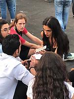 """Week-end de manifestations et mobilisation historique au Liban. A Beyrouth et dans de nombreuses ville libanaises, des dizaines de milliers de personnes se ont manifesté pour demander le départ d'une classe politique jugée corrompue et accusée d'avoir enfoncé le pays dans une crise sans fin. Le mouvement, qui paralyse le pays avec la fermeture des banques, des institutions publiques et de nombreux magasins, a démarré de manière spontanée jeudi après l'annonce d'une taxe sur les appels effectués via WhatsApp. Une mesure pour renflouer les finances exsangues du pays mais qui a dû être aussitôt annulée sous la pression de la rue. Partout, sous une nuée de drapeaux libanais, des foules compactes ont repris les slogans du Printemps arabe qui rythment désormais leur révolte: """"Révolution, révolution"""", """"le peuple veut la chute du régime""""... Des incidents violents et des actes de vandalisme ont eu lieu dans le centre de Beyrouth dans la nuit de vendredi à samedi - Beyrouth - Liban19 et 20 octobre 2019"""