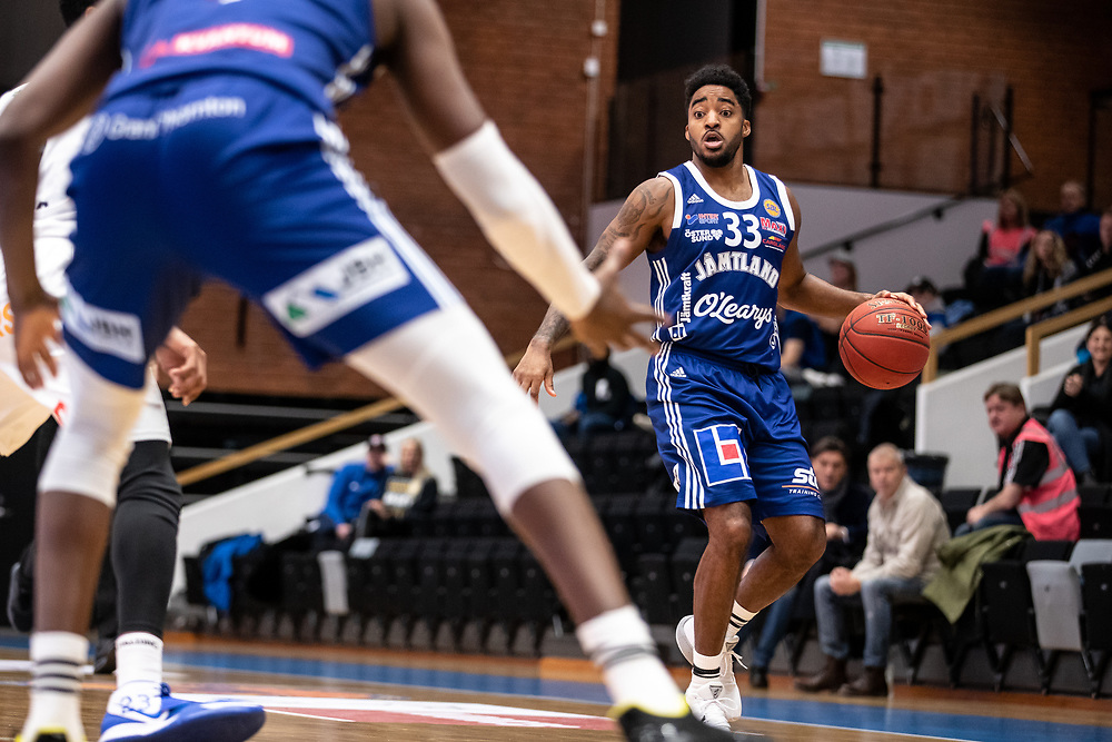 ÖSTERSUND 20201024<br /> Jämtlands Eugene Harris med bollen under lördagens match i Basketligan mellan Jämtland Basket och BC Luleå<br /> <br /> Foto: Per Danielsson/Projekt.P