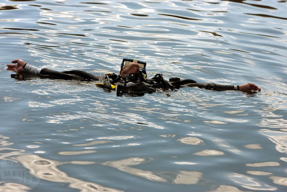 Een duiker ligt in het water<br /> <br /> A diver is laying in the water
