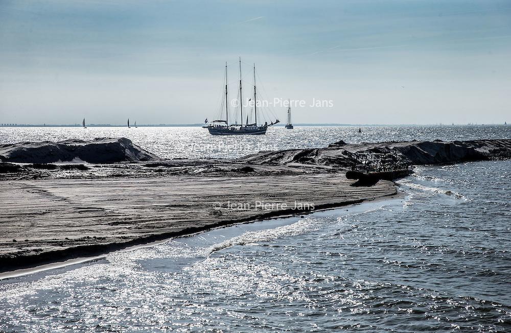 Nederland, Lelystad, 24 september 2016.<br /> Op zaterdag 24 september 2016 zet staatssecretaris Martijn van Dam van Economische Zaken (natuur) als eerste voet op de Marker Wadden. Natuurmonumenten legt samen met Rijkswaterstaat en Boskalis de komende jaren een archipel aan eilanden aan, die de natuur in het Markermeer een enorme impuls gaat geven. De staatssecretaris brengt samen met natuur- en watersportliefhebbers een bezoek aan het eerste eiland van dit innovatieve en grootschalige natuurproject. Dit eerste eiland omvat circa 250 hectare. De eerste fase van Marker Wadden omvat in totaal zo'n 800 hectare, boven- en onderwaternatuur, en moet klaar zijn in 2020.<br /> <br /> Netherlands, Lelystad, September 24, 2016<br /> On Saturday, September 24th 2016 Martijn van Dam, secretary of Economic Affairs (nature) first sets foot on the Marker Wadden. Natuurmonumenten lays together with Rijkswaterstaat and Boskalis (Royal Boskalis Westminster N.V. is a leading global services provider operating in the dredging, maritime infrastructure and maritime services sectors) an archipelago of islands in the coming years that will give nature in the Markermeer a huge boost.<br /> Natuurmonumenten (Dutch Society for Nature Conservation) is going to restore one of the largest freshwater lakes in western Europe by constructing islands, marshes and mud flats from the sediments that have accumulated in the lake in recent decades. These 'Marker Wadden' will form a unique ecosystem that will boost biodiversity in the Netherlands. (source: www.natuurmonumenten.nl)<br /> The Secretary reunites with nature and water sports enthusiasts visiting the first island of this innovative and large-scale conservation project. This first island comprises approximately 250 hectares. The first phase of Marker Wadden comprises a total of 800 hectares, above and underwater nature, and should be ready in 2020.<br /> <br /> Foto: Jean-Pierre Jans