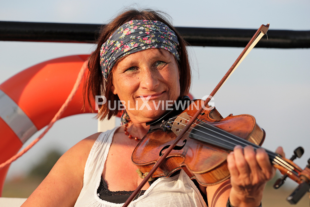 Fotoshooting des Wendland Hippie Ohrkestra auf der Fähre TANJA in Neu Darchau. Im Bild: Irmela Baumert<br /> <br /> Ort: Neu Darchau<br /> Copyright: Andreas Conradt<br /> Quelle: PubliXviewinG